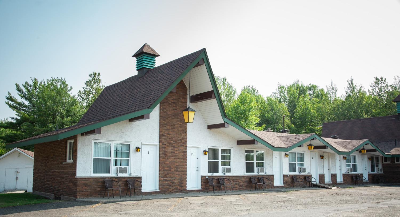 Motel Les Pins extérieur, piscine, plaisir, nature, confort, repos